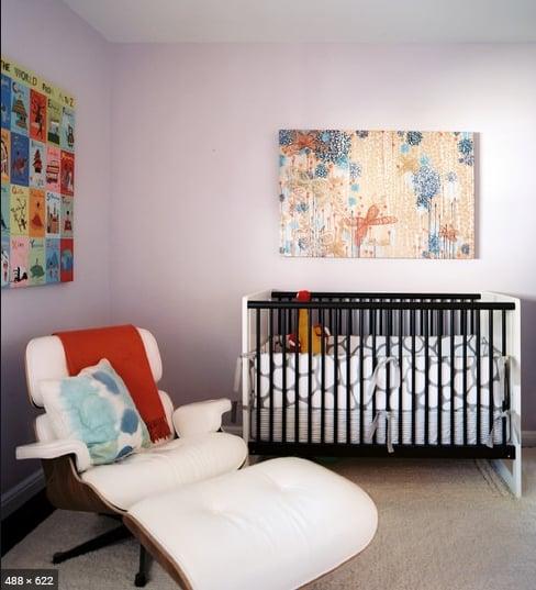 quarto de bebe com poltrona Charles Eames branca com puff