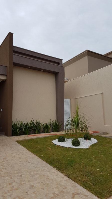 fachada de casa areia e marrom