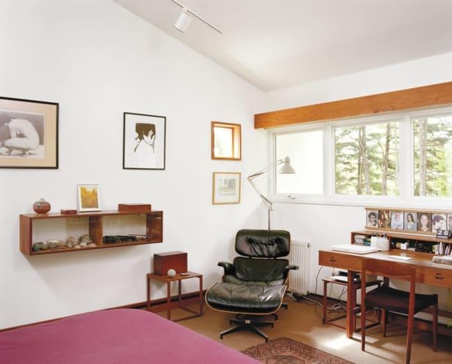 quarto vintage com poltrona Charles Eames com puff