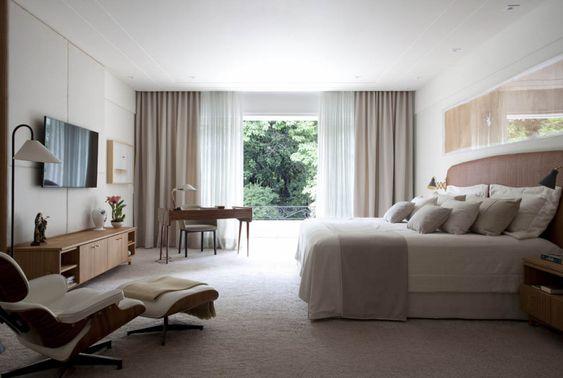 quarto de casal clean com poltrona Charles Eames branca com puff