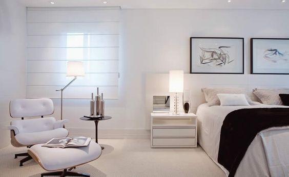 quarto clean com poltrona Charles Eames branca com puff