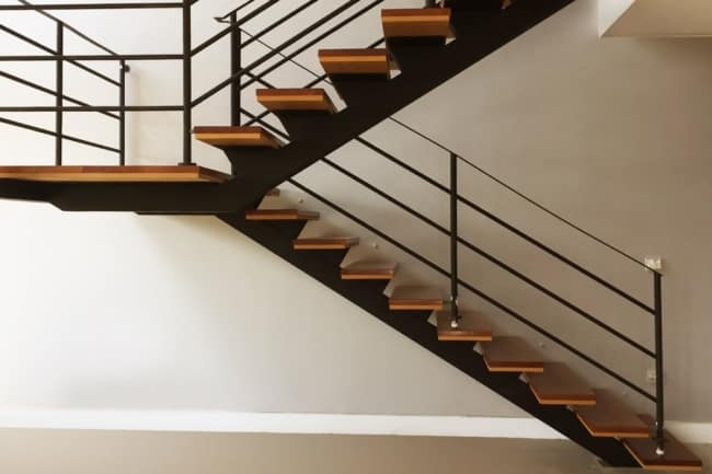 escada com viga central em metal e degraus de madeira