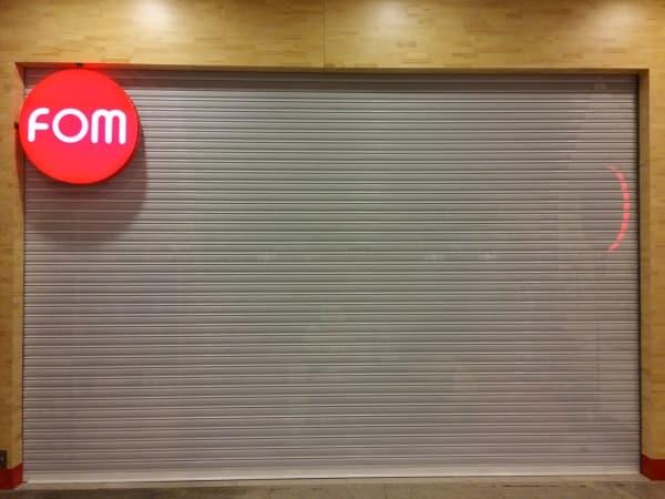 fachada de loja com porta de enrolar