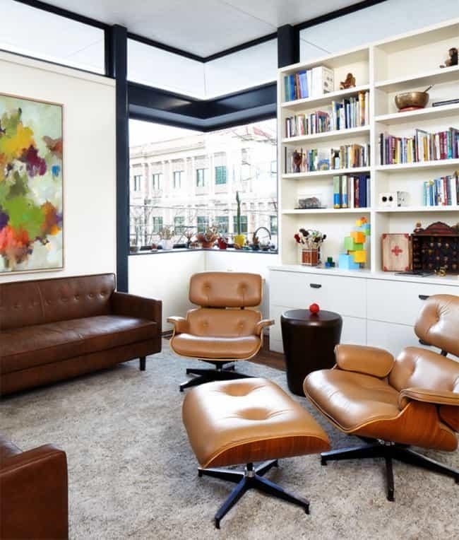 sala decorada com poltrona Charles Eames caramelo