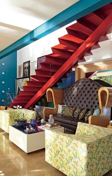 escada de metal moderna com viga central