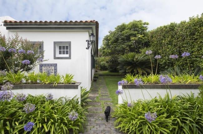fachada de casa com jardim de agapanto