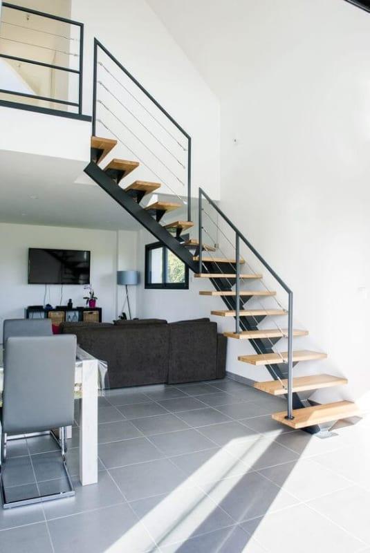 escada com viga central e estrutura metalica