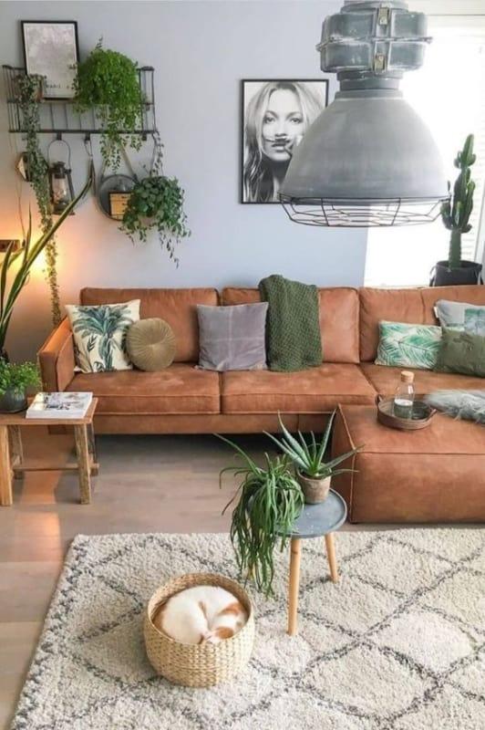 sala com sofa caramelo e almofadas verdes