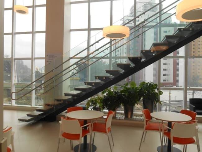 escada de metal com viga central