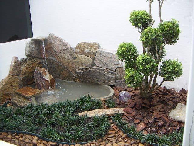 jardim de inverno com cascata de pedras
