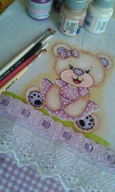 pintura de fralda com ursinha de vestido