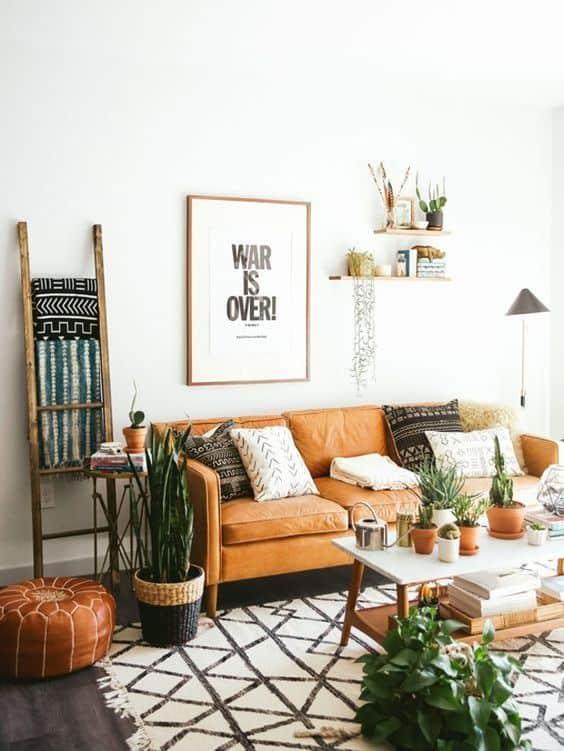 sala com sofa de couro caramelo