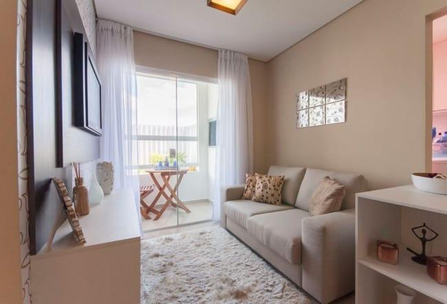 Apartamento decorado com cor branca no teto e camurca na parede