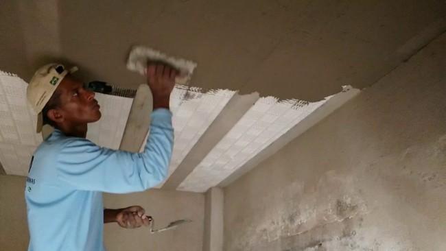 Aplicacao do reboco de argamassa no teto de laje de isopor