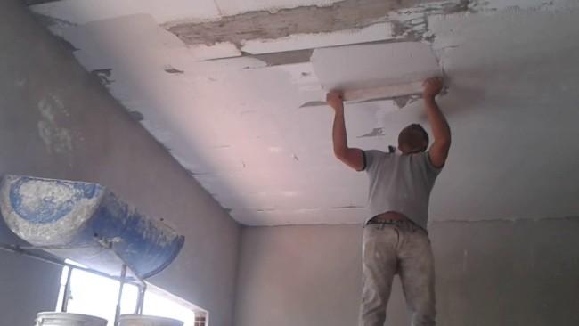 Aplicando o gesso no teto interno da casa