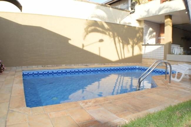 Area da piscina em tons de camurca oferecendo um visual aconchegante ao local