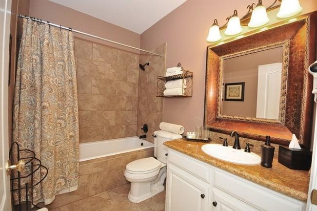 Banheiro contemplado com tons de camurca ornando muito bem com a ceramica