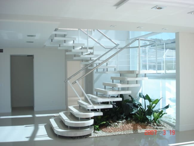 Bela sala com escada em formato de U