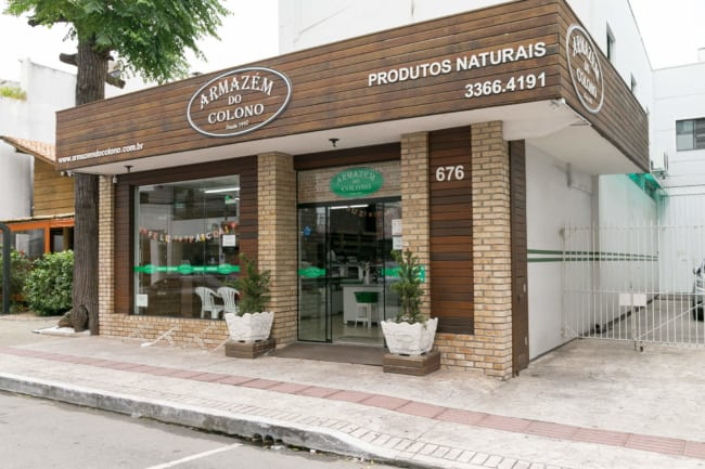 Belissima loja com fachada de madeira