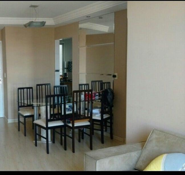 Camurca empregue nas paredes da sala de jantar e estar contemplada com teto branco e detalhe espelhado na parede