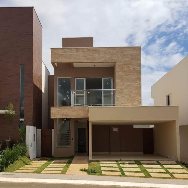 Casa com paredes externas pintadas de camurca