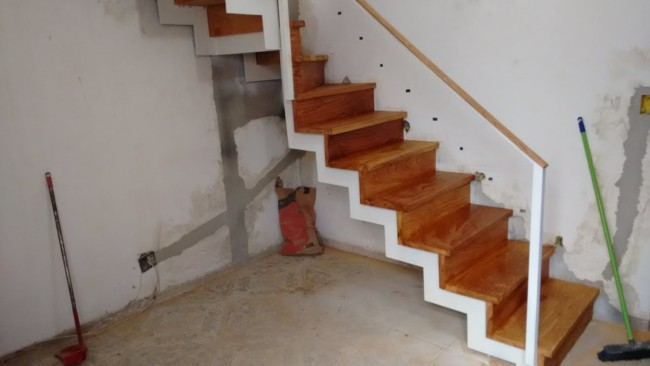 Construcao de escada plissada revestida com madeira