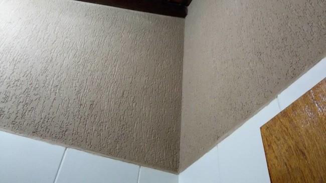 Detalhe da parede camurca com grafiato