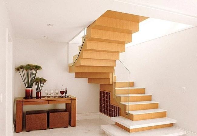 Escada cascata de madeira no canto da sala