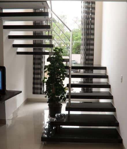Escada com placas de granito em modelo U
