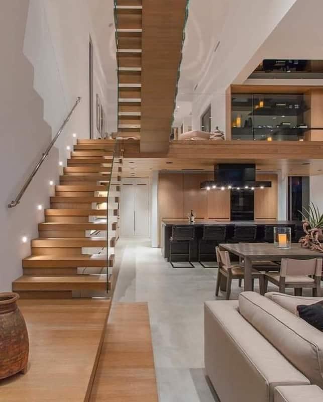 Escada com placas de madeira corrimao e lateral com placa de vidro