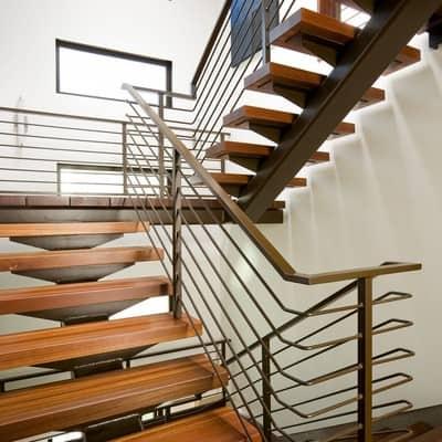 Escada com placas de madeira