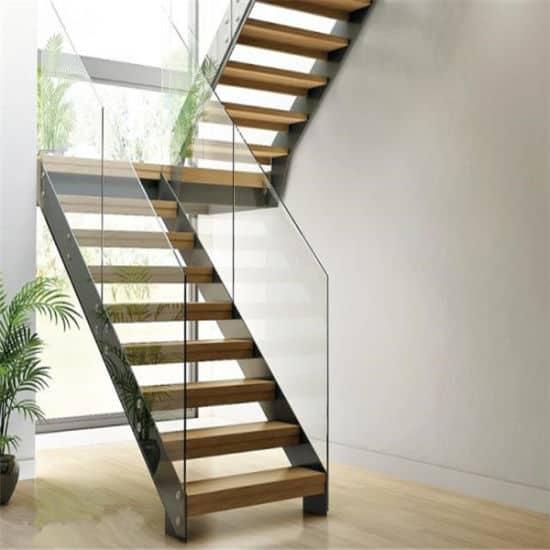 Escada com placas de vidro do lado no formado de U