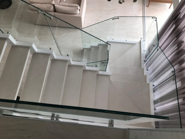 Escada com vidro nas laterais