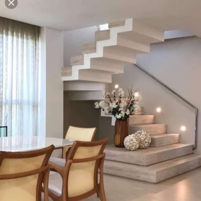 Escada construida no canto da sala em formato de U