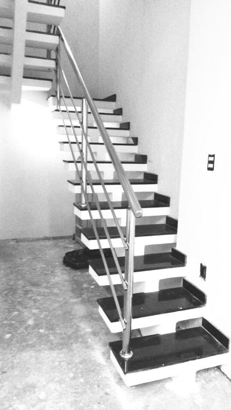 Escada de cimento com placas de granito