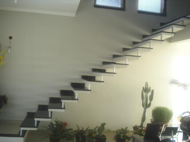 Escada de concreto reta no estilo plissada
