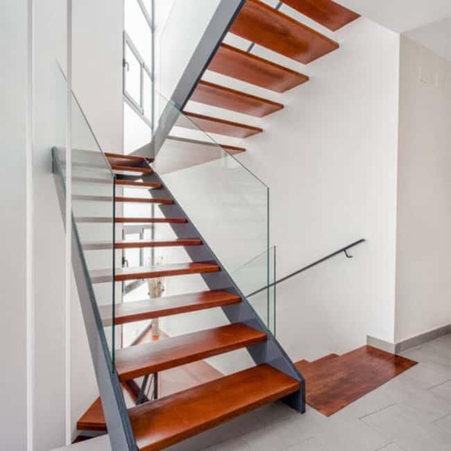 Escada de madeira em formato de U
