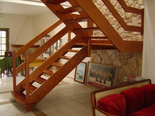 Escada de madeira interna em formato de U