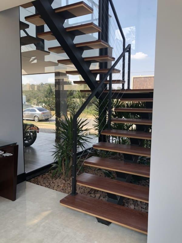 Escada de madeira no estilo industrial em formato U