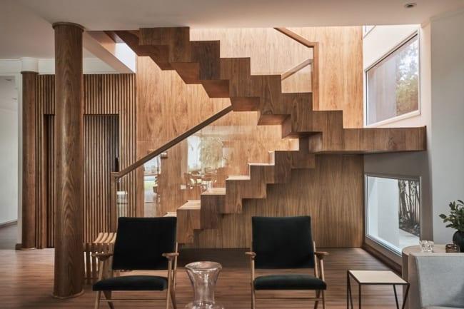 Escada de madeira no formato U