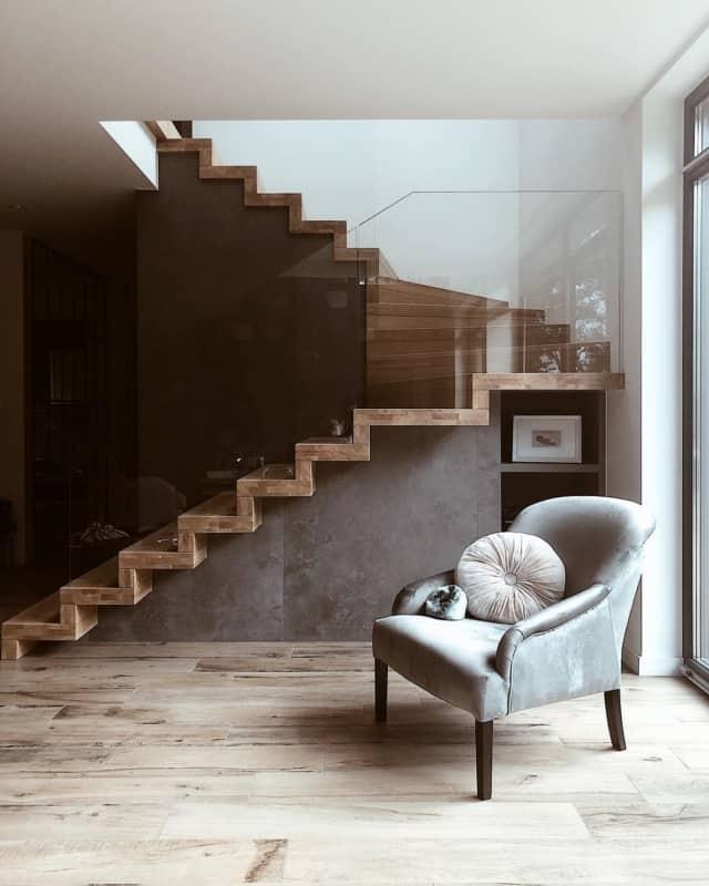 Escada de madeira no modelo U