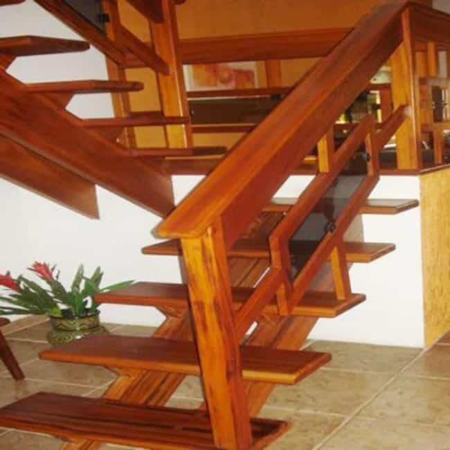 Escada de madeira pequena em formato de U