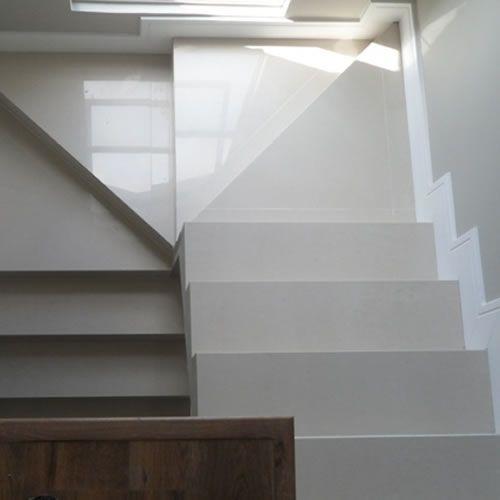 Escada em U com revestimento de porcelanato