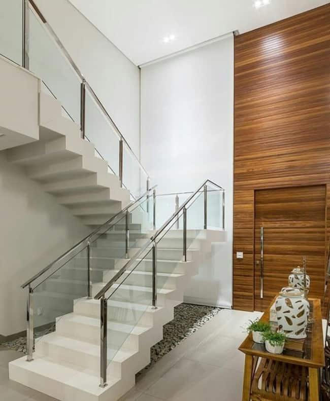 Escada em U no canto da sala no modelo cascata