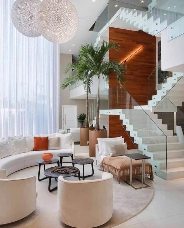 Escada em formato de U agregando na decoracao do ambiente