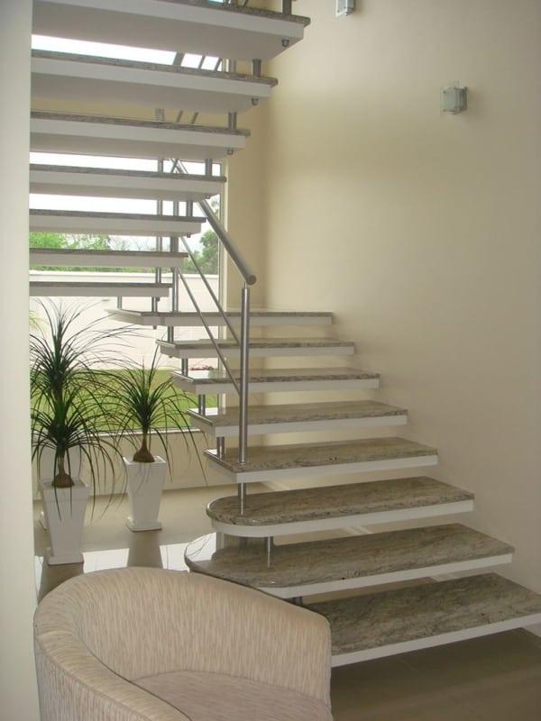 Escada em formato de U com placas de marmore