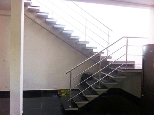Escada externa em formato de U