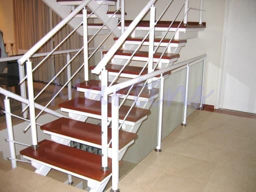 Escada interna em madeira