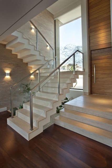 Escada moderna no estilo cascata no canto da sala