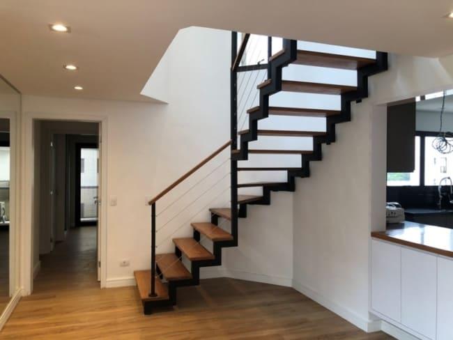 Escada no estilo industrial em L